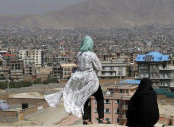 dos mujeres miran Kabul desde un sitio alto