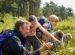 Un adulto y varios niños en un campo