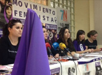Imagen de una mesa con varias activistas