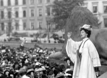 Imagen de E. Pankhurst hablando a la gente