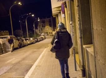 imagen de una chica andando sola de noche por una calle desierta