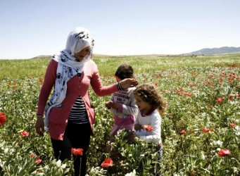 Una imagen de la película, con una madre con sus hijos en un prado