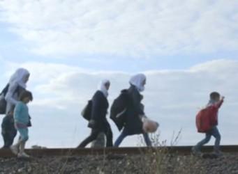 Un grupo de niños y mujeres con pañuelos caminando