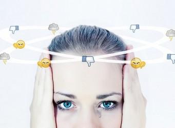 Cabeza de mujer rodeada de emoticonos