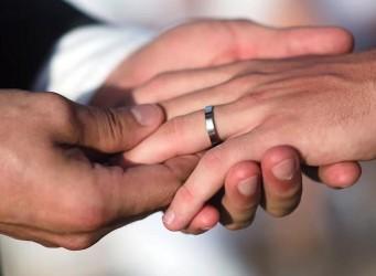 dos manos masculinas entrelazadas