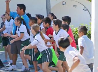 Imagen de un grupo de niños y niñas haciendo deporte
