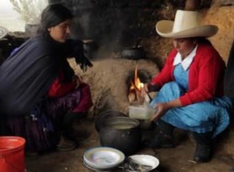 Imagen de Máxima Acuña en una cabaña