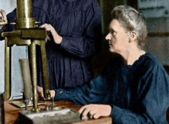 Las Curie, madre e hija, trabajando