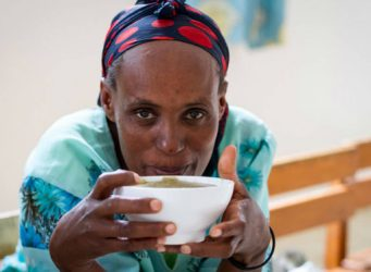 Imagen de una joven africana comiendo
