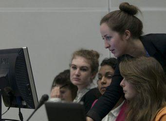 Imagen de un grupo de mujeres mirando un ordenador