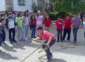 niño en un grupo jugando con una cuerda