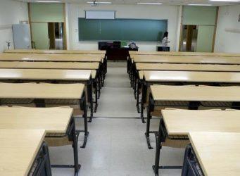 Imagen de las mesas de una clase vacía