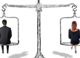 una balanza en la que pesan igual una mujer y un hombre