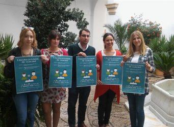 Imagen de jóvenes con el cartel anunciando la escuela