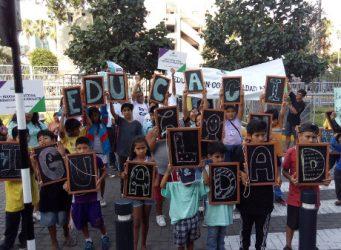 niños en una concentración en Lima