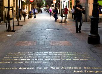 Imagen de un texto literario escrito en una calle de Madrid