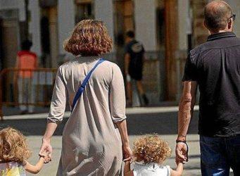 Imagen de una pareja con hijos