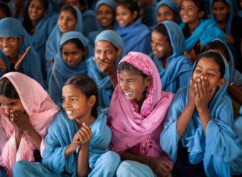 un grupo de jóvenes indias