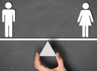 Imagen de una mano sujetando una balanza con un hombre y una mujer iguales