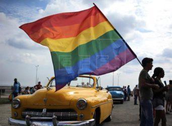imagen de un joven portando la bandera LGTBI