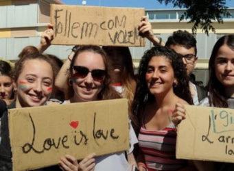 un grupo de chicos y chicas con pancartas