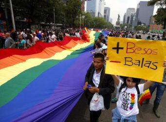Imagen de una manifestación con la pancarta mas besos menos balas