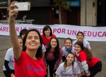 Imagen de un grupo de estudiantes haciéndose un selfie
