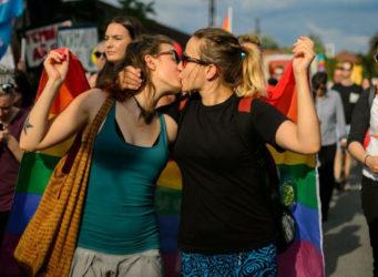Imagen de dos mujeres besándose en una manifestación