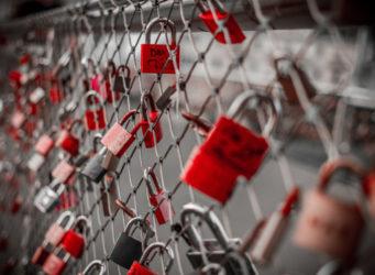 Imagen de candados amorosos en un puente