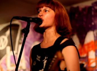 Imagen de una joven cantando