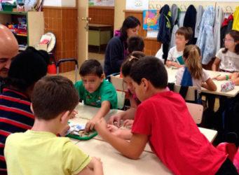 imagen de un profesor y varios niños en clase