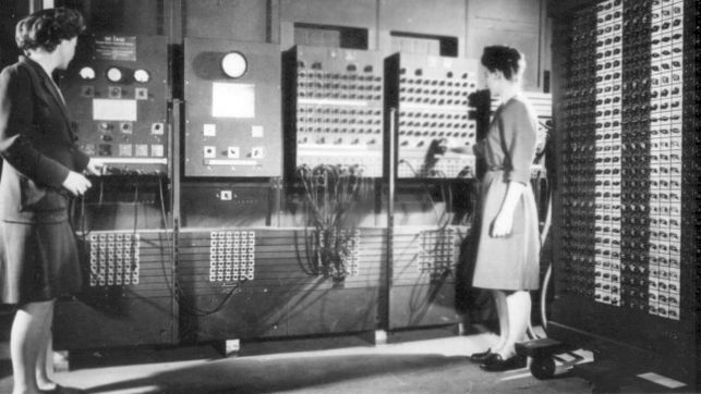 Imagen antigua de dos mujeres ante un enorme ordenador. La de la izquierda es Bartik