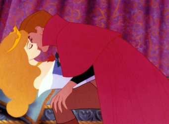 fotograma del beso del príncipe a Aurora