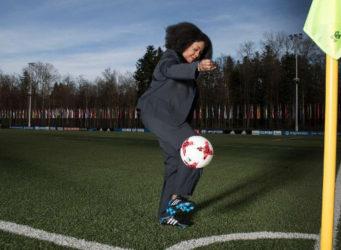 Fatma Samoura haciendo figuras con un balón de fútbol