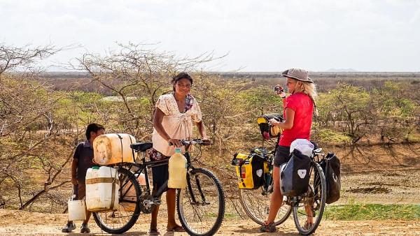 Imagen de la reportera fotografiando a una mujer en bicicleta