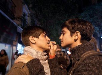 imagen de dos jóvenes maquillándose