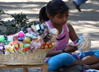 imagen de una niña vendedora en México