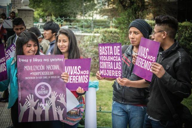 grupo de chicos y chicas con carteles feministas