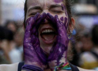 una joven en una manifestación feminista