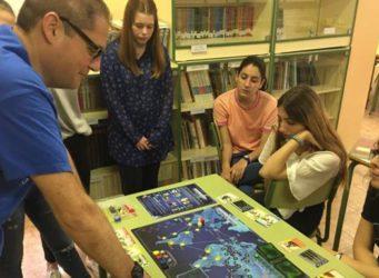 Imagen del alumnado del IES Playamar y un profesor