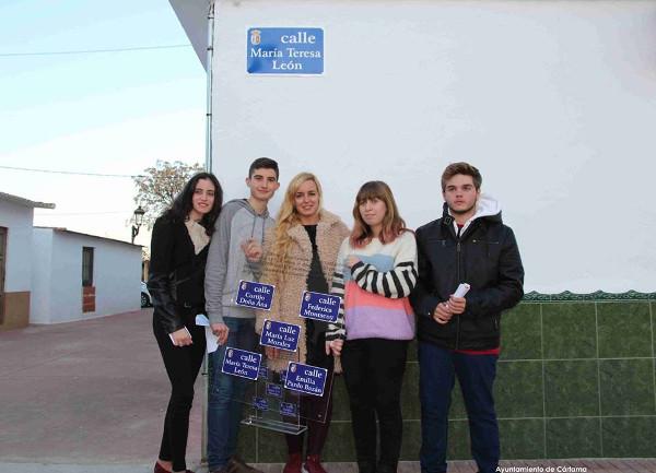 Rosa Liarte y los alumnos del IES Cartima en la inauguración de las calles