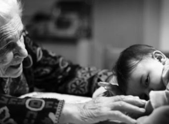 imagen de una abuela y su nieto