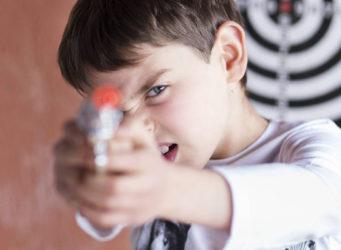 imagen de un niño empuñando una pistola