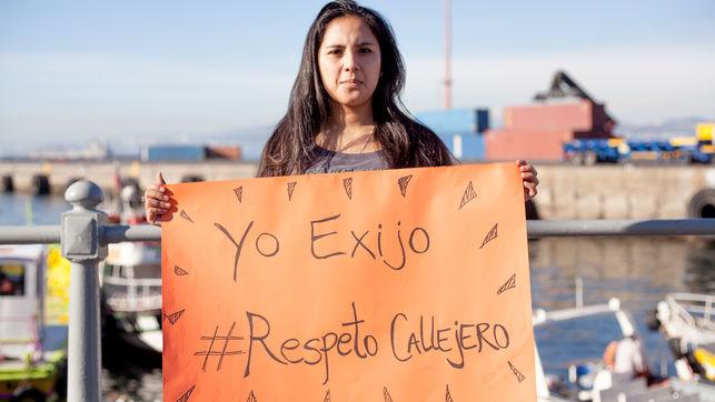 una mujer con una pancarta pidiendo respeto callejero