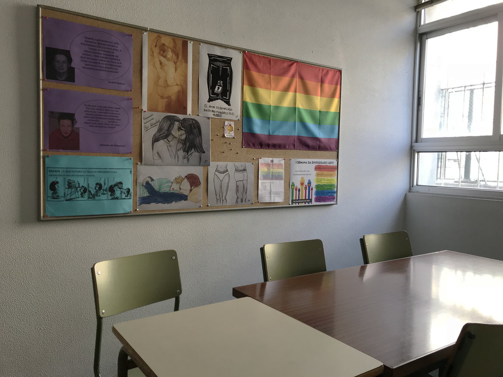Imagen de un tablón de un aula con la bandera LBTGIQA