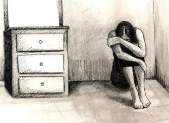 Ilustración de una joven en el suelo de una habitación que esconde la cabeza entre los brazos
