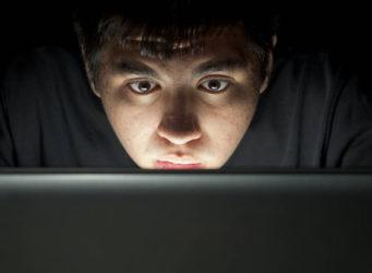 imagen de un joven ante un ordenador con cara de asombro