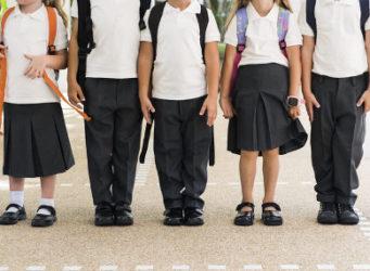 imagen de alumnos y alumnas con uniformes