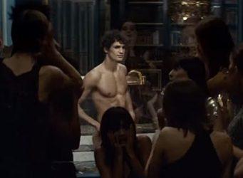 Imagen de un anuncio en el que aparece un hombre semidesnudo