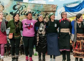 imagen de una cadena abrazo de mujeres indígenas